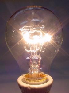 Lámpara de filamento de tungsteno en espiral, en atmósfera gaseosa.